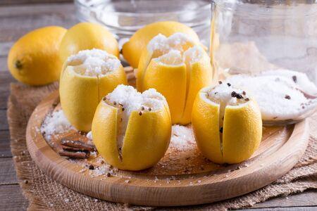 소금으로 모로코 보존 된 레몬 스톡 콘텐츠