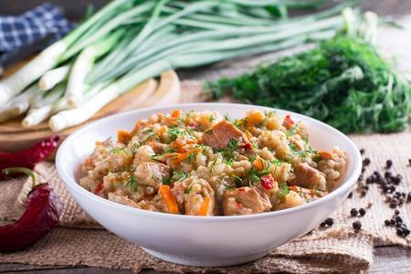 La bouillie d'orge bouillie avec des carottes, des oignons, du poivre et de l'ail est un plat traditionnel slovène appelé ricet Banque d'images
