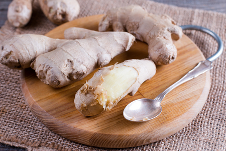 Peeled ginger root with spoon 版權商用圖片 - 90704400