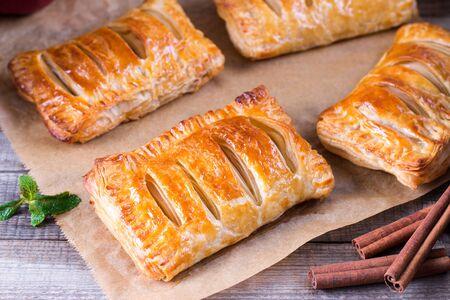 Ciasto francuskie obroty z ciasta jabłkowego na deser na drewnianym stole