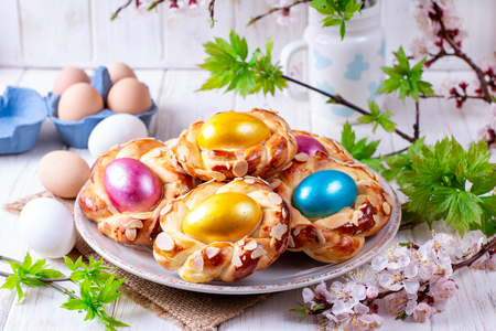Traditional Italian Easter bread with Easter egg. Easter breakfast table 스톡 콘텐츠