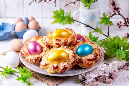 Tradycyjny włoski chleb wielkanocny z jajkiem wielkanocnym. Wielkanocny stół śniadaniowy