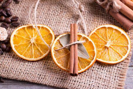 Christmas decoration, orange slice, cinnamon on rustic table Stockfoto