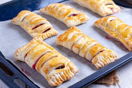 Cooking puff pastry with plums. Puff pastry with plums Stockfoto