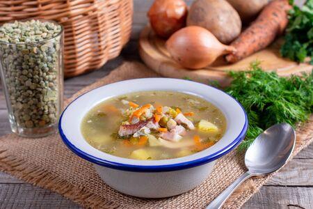 Sopa casera de guisantes con tocino. Enfoque selectivo. Sopa gruesa casera saludable en un tazón para el almuerzo de invierno.