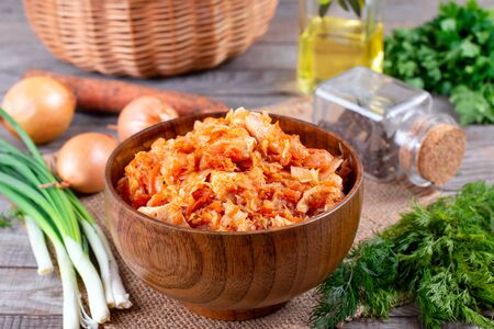 Stewed cabbage with meat on a wooden table. Foto de archivo - 137601834