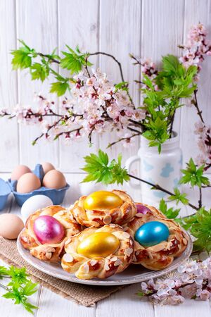 Easter bread buns with egg. Delicious Easter bread ring and eggs Foto de archivo - 137601843