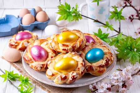 Easter bread buns with egg. Delicious Easter bread ring and eggs Foto de archivo - 137601844