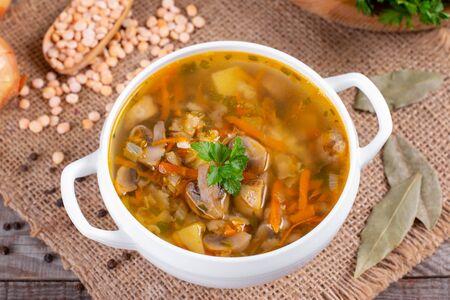 Miska zupy grochowej z grzybami na starym drewnianym stole Zdjęcie Seryjne