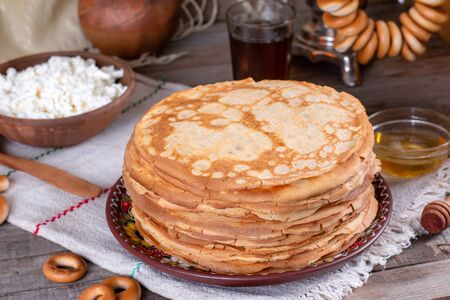 Big stack of thin pancakes with honey. Russian bliny. Maslenitsa. Rustic style, close up view Foto de archivo - 137827472