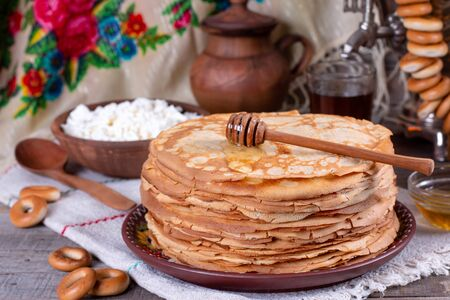 Big stack of thin pancakes with honey. Russian bliny. Maslenitsa. Rustic style, close up view Foto de archivo - 137827342