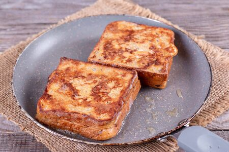 Photo of a grilled cheese sandwich cooking in a large frying pan. Foto de archivo - 137974756