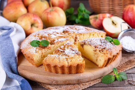 Apple pie, sponge cake, Charlotte with apples on a wooden table Banque d'images
