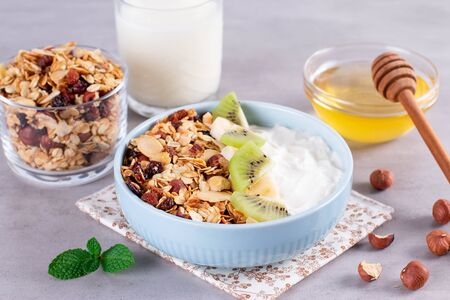 Smoothie bowl with granola, bananas, kiwi and nuts. Delicious healthy Breakfast. Stockfoto
