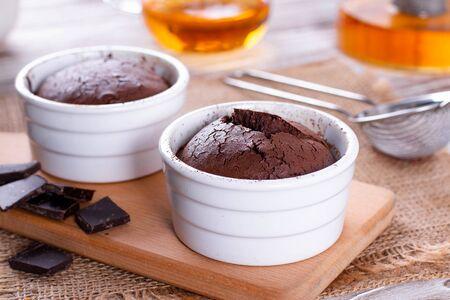 Chocolate muffins in ceramic form. Chocolate fondant. Imagens