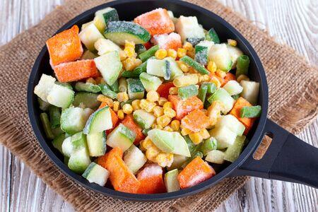 Mischung aus gefrorenem Gemüse in der Pfanne. Studiofoto