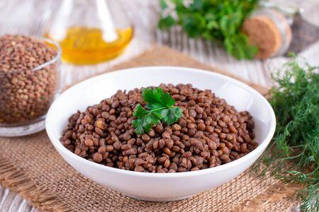 Boiled lentils on a wooden table - Vegetarian food Banque d'images