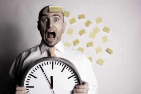 przypominać: Frantic, unorganized biznesmen bezskutecznie próbuje użyć wielu post-it przypomnieć go zajęty harmonogramu i terminów.