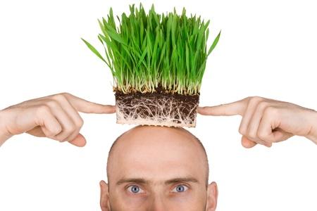 toppa: Uomo con una patch di erba verde sulla sua testa.  Isolato su uno sfondo bianco. Archivio Fotografico