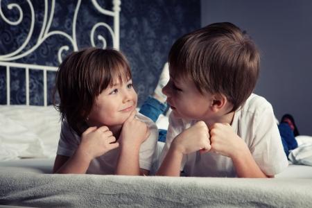 playmates: Hermano y hermana que pone en la cama.