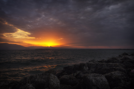 amanecer: Amanecer sol entre las nubes Foto de archivo