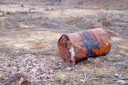 deforestacion: Barril viejo oxidado oxidado, la naturaleza de la deforestaci�n hierro entorno
