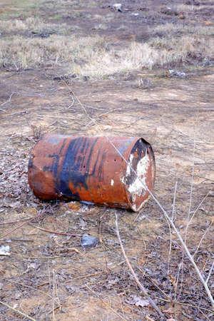 deforestacion: Barril viejo oxidado oxidado, la naturaleza de la deforestación hierro entorno