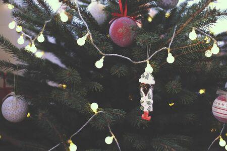 Beautiful and cozy Christmas tree Foto de archivo - 138471780