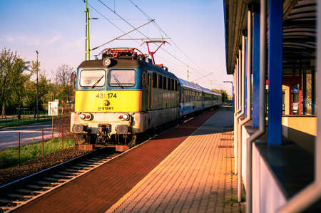 VELENCE, HUNGARY - APRIL 25, 2021: View on a Hungarian State Railways train arriving to the station of Agard, Hungary. Éditoriale
