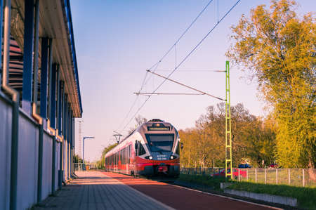 VELENCE, HUNGARY - APRIL 25, 2021: View on a Hungarian State Railways train arriving to the station of Agard, Hungary. Banque d'images - 168122793