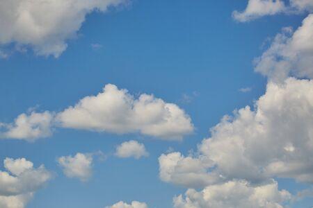Nubes del cielo. Paisaje aéreo azul sobre fondo claro. Escena de fondo vacía. Vista panorámica. Fondo azul cielo. Escena urbana. Día soleado, cielo azul. Gran angular. Amplio panorama. Vista aérea. Nubes del cielo. Foto de archivo