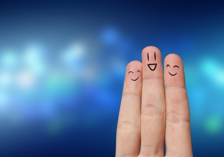 Vinger knuffel met abstracte verlichting en geschilderde smiley Stockfoto