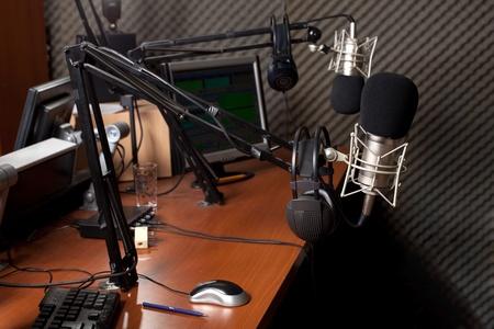 microfono de radio: preparaci�n de la emisi�n de noticias