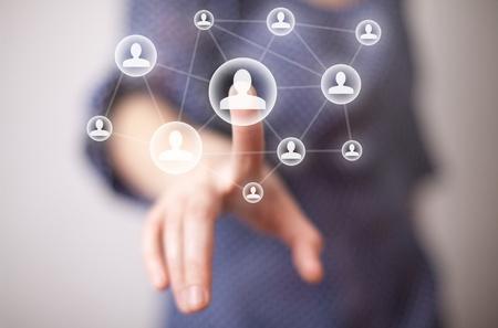 interaccion social: mano de mujer pulsando el icono de medios de comunicaci�n social Foto de archivo