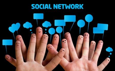interaccion social: Grupo feliz de smileys dedo con burbujas de discurso 1 Foto de archivo