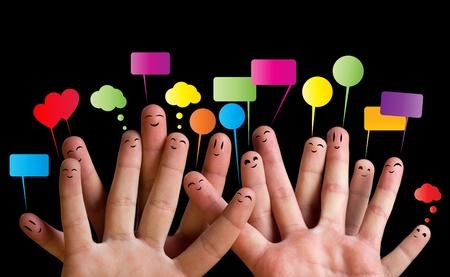 dedo: Grupo feliz de smileys dedo con burbujas de discurso 2 Foto de archivo