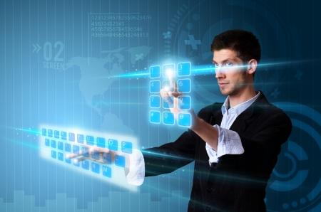 �cran tactile: Homme appuyant sur les touches modernes � �cran tactile avec une technologie fond bleu