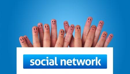 trabajo social: Grupo feliz de smileys dedo con pizarra con inicio de sesi�n de red social