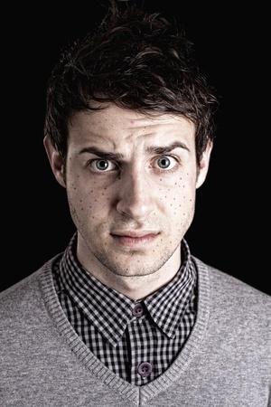 cara triste: Cerca de la cara de hombre con varicela aislado en negro