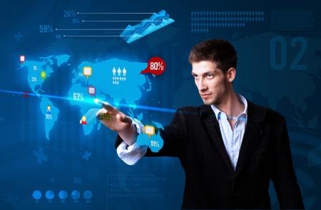 redes de mercadeo: Empresario pulsando el bot�n de medios de comunicaci�n social en el mapa, tecnolog�a futurista Foto de archivo