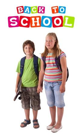 Kinder mit Skateboard mit zurück zu Schule-Thema, isoliert auf weiss