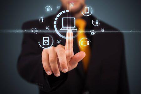 conexiones: Empresario presionando tipo de multimedia de botones modernos con fondo virtual