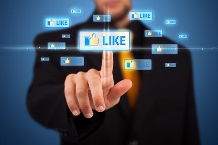 evento social: Hombre de negocios moderno presionando los botones sociales en un fondo virtual Foto de archivo