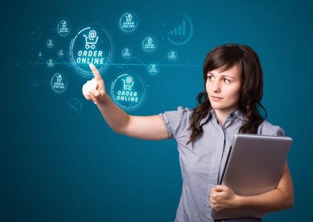 orden de compra: Empresaria presionando la promoci�n y el tipo de env�o de botones moderno