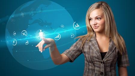 mano touch: Imprenditrice premendo pulsanti sociali moderni su uno sfondo virtuale