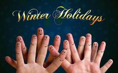 personas saludandose: Vacaciones de invierno del grupo feliz con los dedos las caras sonrientes