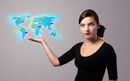 Mooie jonge vrouw die virtuele map Stockfoto