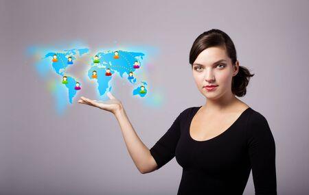 Mooie jonge vrouw die virtuele kaart Stockfoto