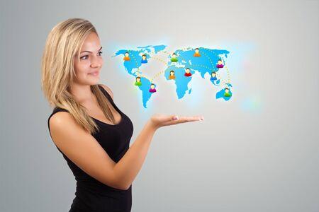 Mooie jonge vrouw met virtuele kaart