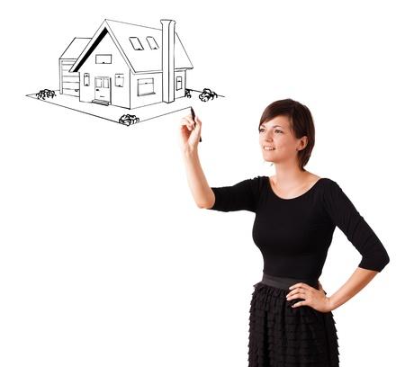 femme dessin: Jeune femme dessinant une maison sur un tableau blanc isol� sur blanc